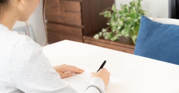 履歴書を書く女性